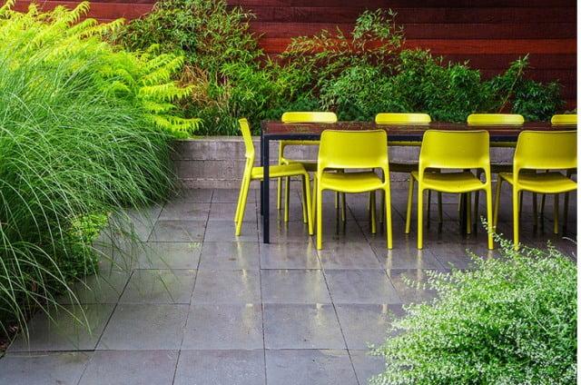 Vešlūs svyrantys augalai - kontrastas lygioms blizgioms grindims. Gražu, bet efektas visai ne žieduose, tiesa? Projekto autoriai www.mckaylandarch.com