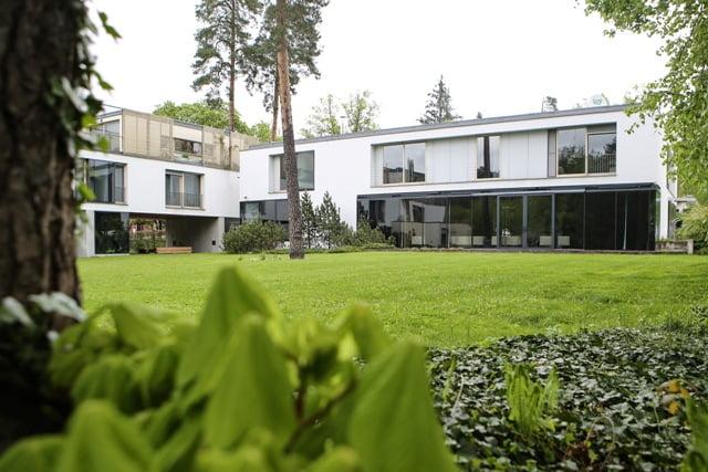 Modernus pastatas ir tipiški miško augalai. © DELFI (K. Čachovskio nuotr.)