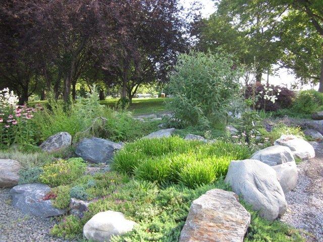 Dekoratyviniai akmenys nemažai įleidžiami į kalnelio vidinę pusę. Nuotrauka iš randallsisland.org