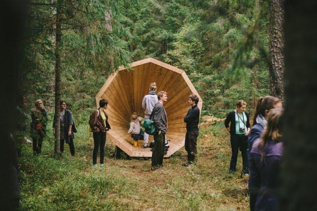 Ruup megafonai miško glūdumoje, Estija. Nuotr. aut Henno Luts