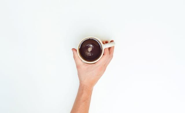 Kaip ir kitos organinės buitinės atliekos, kavos tirščiai gali keliauti kartu į kompostą. Nuotr. iš Pexels.com