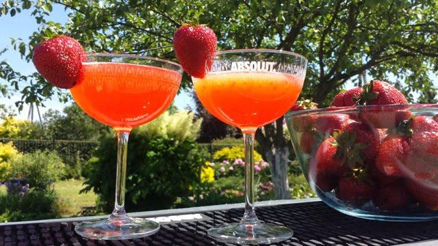 """Kokteilį """"Strawberry Martini"""" nesudėtinga pasigaminti patiems."""