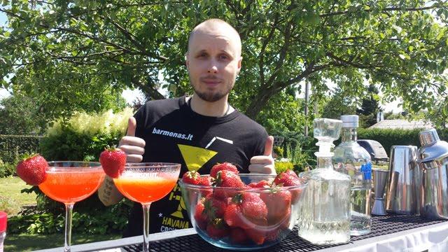 """Kokteiliai """"Strawberry Martini"""" su braškėmis tiesiai iš daržo."""