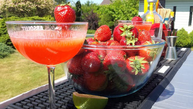 """""""Strawberry Martini"""" jau pagamintas, braškių dar liko. Puikumėlis :)"""