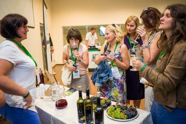 """dr. Asta Ramaškevičienė didžiojoje scenoje papasakojo apie vynuogių auginimą Lietuvoje, o parodoje jos šeimos ūkis """"Vyno kerai"""" pristatė tik ką sunokusių vynuogių, vynuogių sulčių ir tautinio paveldo vyno degustaciją."""