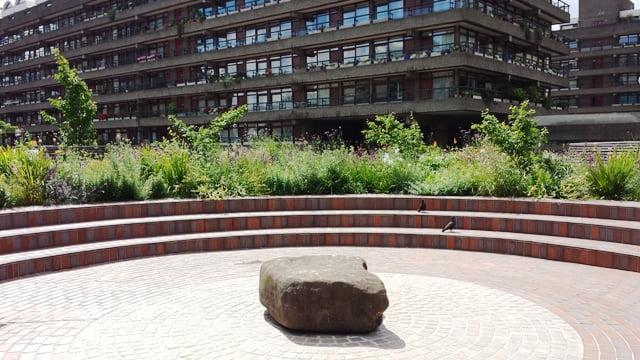 Barbican sodai ant stogo virš tramvajaus tunelių - dar vienas Šefildo universiteto profesoriaus Nigel Dunnet projektas, kuriame aiškiai matomas natūralistinis stilius. Londonas, nuotr. L.Liubertaitė