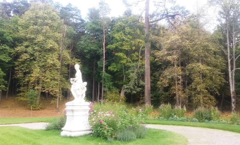 Skulptūros ir augalų derinys. Užutrakio dvaro parkas