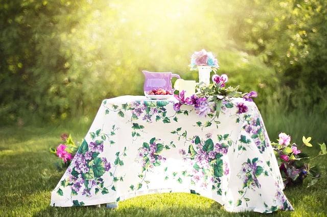 Padenkite stalą staltiese ir pamerkite gėlių.