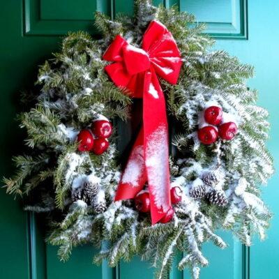 Kaip pakabinti kalėdinį vainiką nesugadinant durų