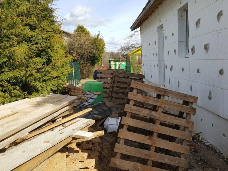 Kol vyksta darbai gali nukentėti augalai - ant žemės daug statyboms reikalingų medžiagų ir priemonių