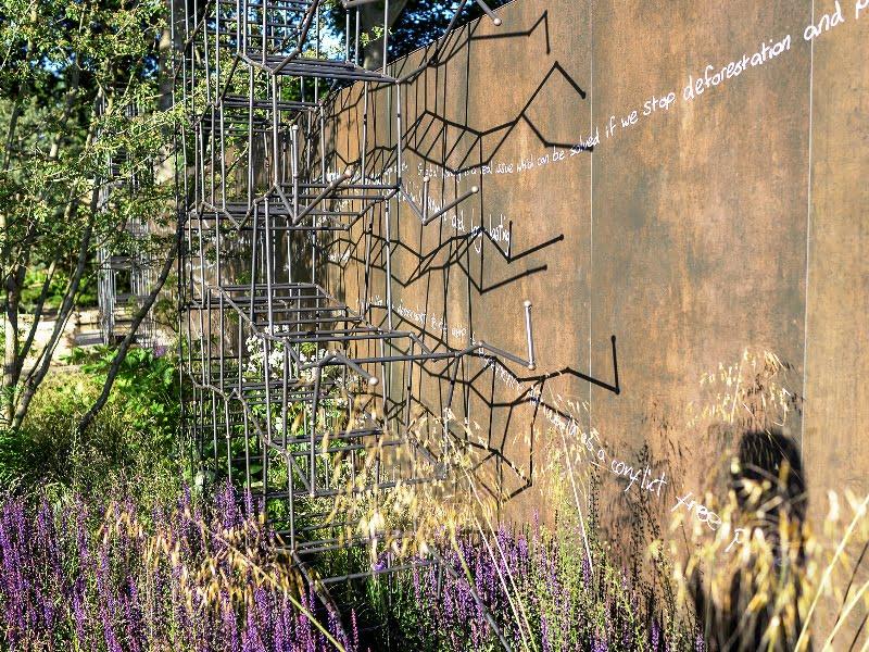 "Breaking Ground sodo konstrukcijos, dizaineriai Andrew Wilson ir Gavin McWilliam. Nuotr. A. Butavičiūtė (paroda ""Chelsea Flower Show"" 2017)"