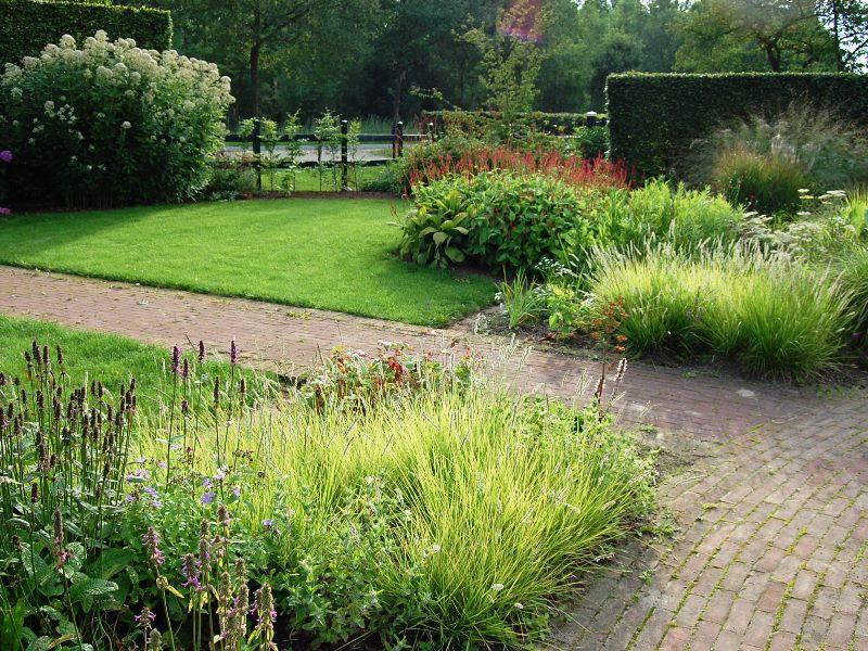 Norint turėti gražų kiemą, nebūtina derlinga žemė, tačiau reikia pasirinkti jūsų turimoms sąlygoms tinkamus augalus. Projekto aut. Piet Oudolf, asmeninio Noel Kingsbury arch. nuotrauka.