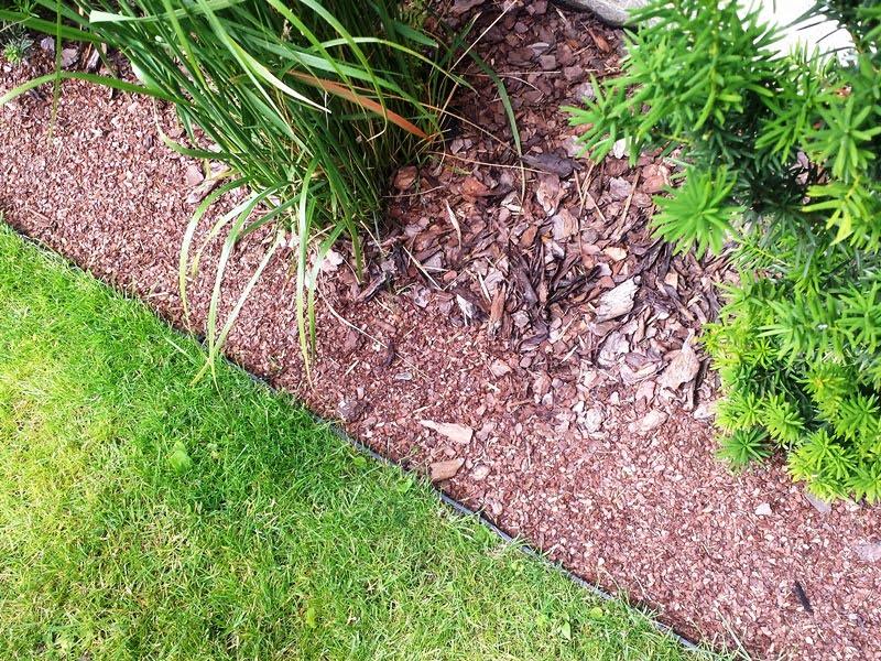 Atskirkite veją nuo augalų zonos – taip suteiksite vejai formą.