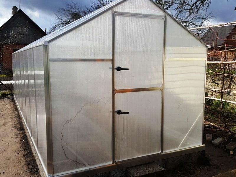 Dar vienas vėdinimo būdas – langas šiltnamio duryse. Labai patogu, kai šiltnamio durys yra padalintos į dvi dalis.