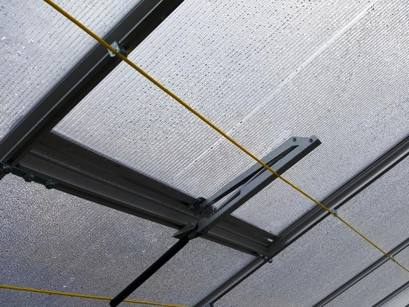 Automatiniai stoglangiai – vienas iš šiltnamio vėdinimo būdų.