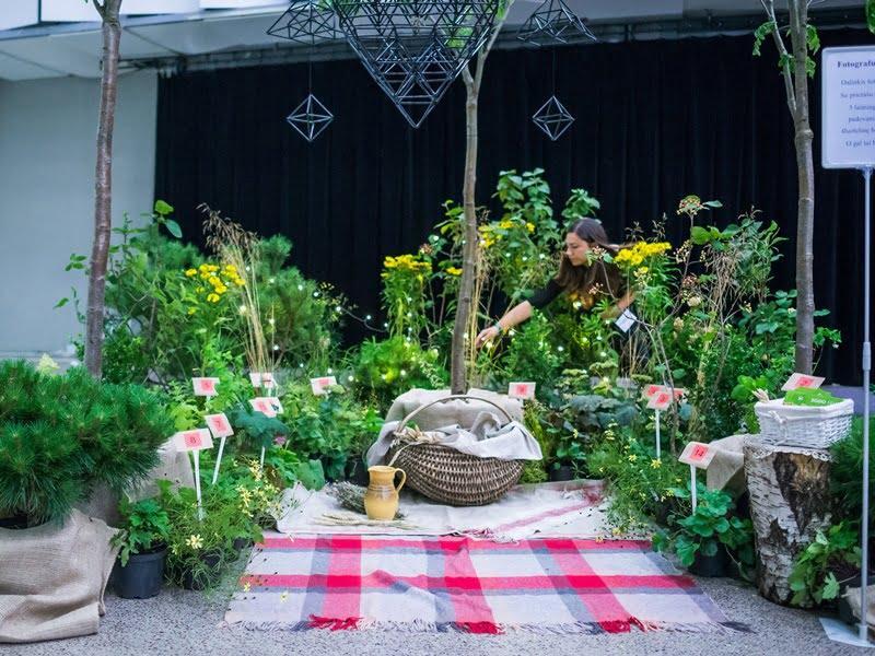 """Konferencijos """"Garden Style"""" dalyviai turėjo galimybę pasižvalgyti ir po renginio metu vykusią parodą."""