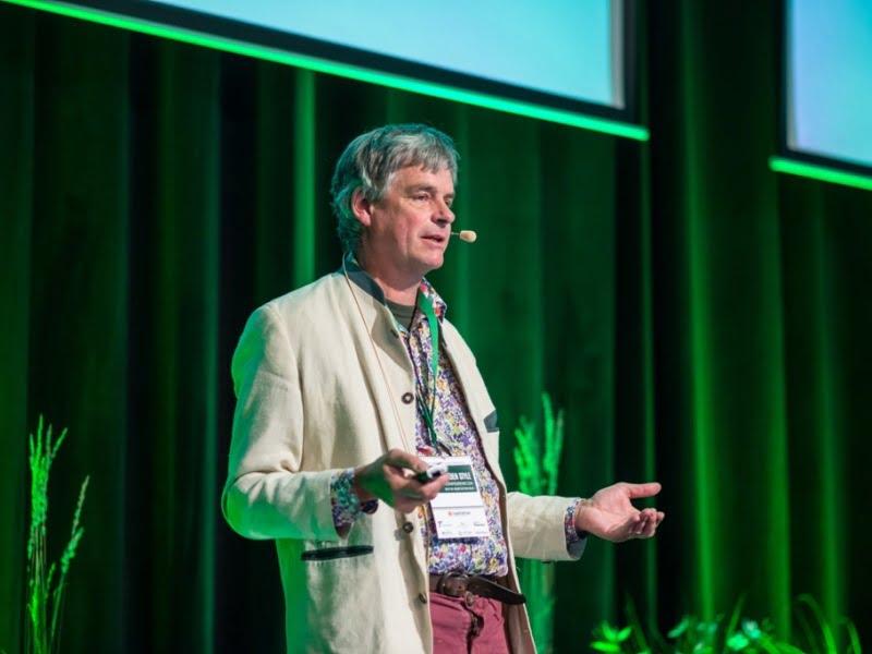 """Šių metų konferencijos """"Garden Style"""" pagrindinis pranešėjas Noel Kingsbury papasakojo apie tai, kas yra natūralistinis apželdinimas."""