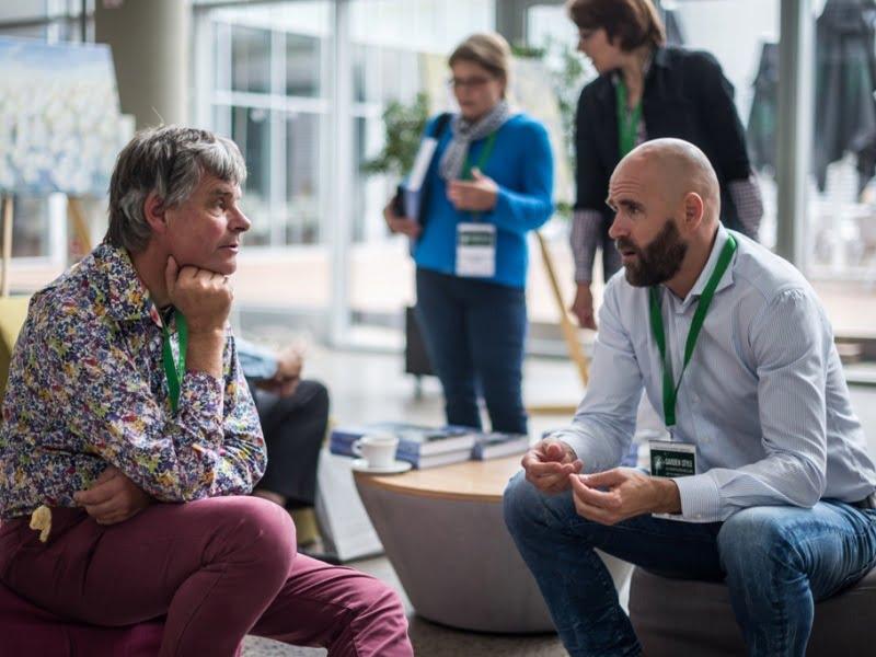 Konferencijos pranešėjai Noel Kingsbury (kairėje) ir Ansis Birznieks (dešinėje)