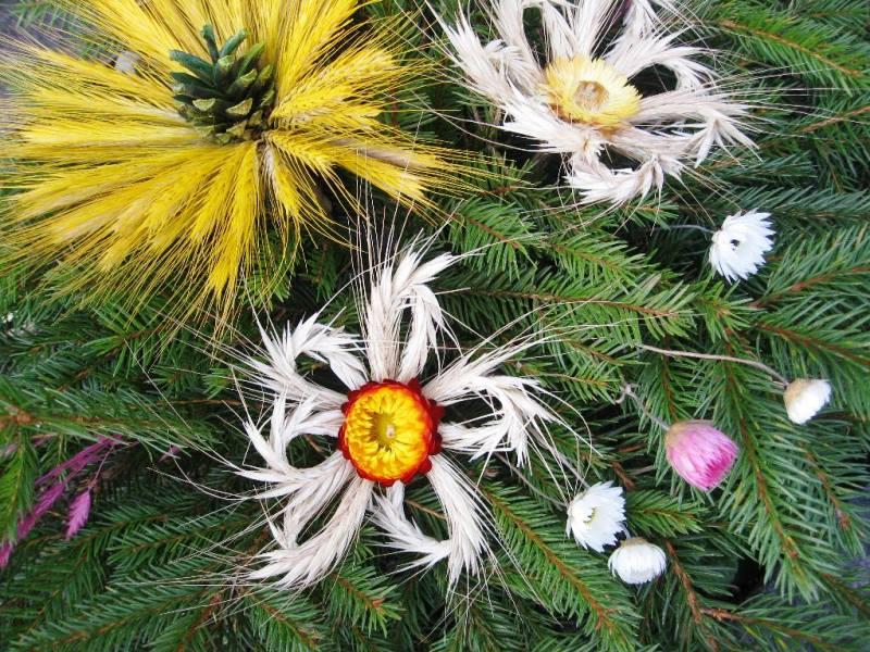 Kapų puošimas per Vėlines nebūtinai vien gyvomis gėlėmis. Galite rinktis kompozicijas su džiovintais augalais.