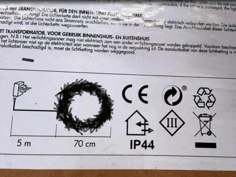 Lauke kabinamų girliandų, lempučių bei šviestuvų apsaugos klasė turi būti ne žemėsnei nei IP44. Šią informaciją rasite ant pakuotės.