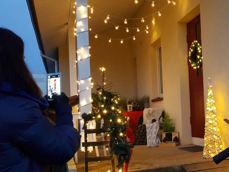 Kalėdinės dekoracijos pavertė terasą jaukia ir kalėdiška. Nuotr.L.Liubertaitė