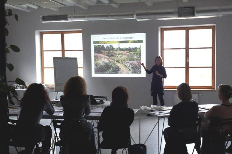 """Nuotrauka iš kursų """"Mano sodo dizainas"""" Klaipėdoje su kraštovaizdžio architekte Vaida Vaitkute-Eidimtiene. Nuotr. L.Liubertaitė"""