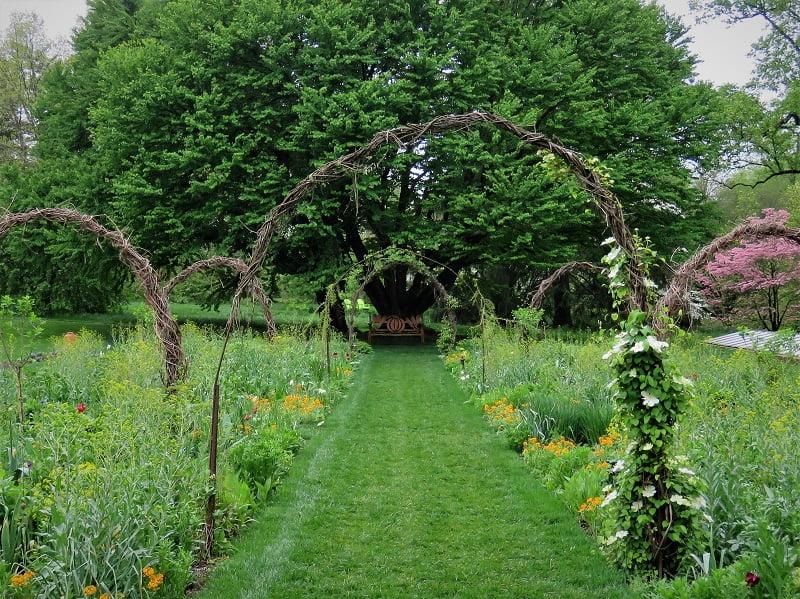 Lubas sukuriančios sodybų kiemo idėjos daro didelį pokytį didelėse erdvėse: suskaido jas ir atveria naujų galimybių. Nuotr. R.Laurinavičienė