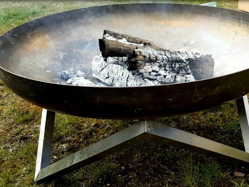 Tokį ugniakurą galima nusipirkti, bet ir patys galite susidėti akmenų ar plytų ir įsirengti laužavietč savo sodyboje. Nuotr. L.Liubertaitė