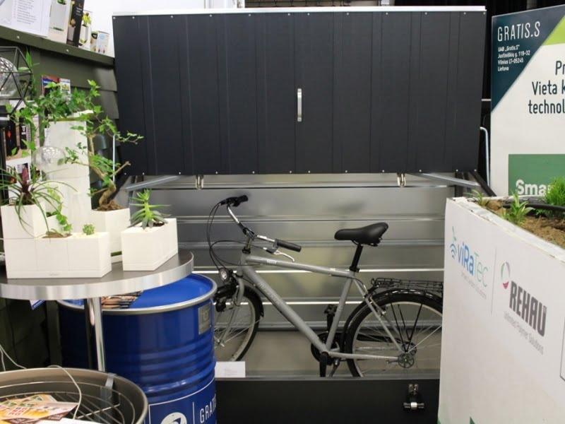 Dėžė dviračiams užima mažai vietos, nes nereikia įeiti į vidų. Dėžė stendo gale, bet manau suprantate, kaip ji atrodo. Nuotr. aut. L.Liubertaitė