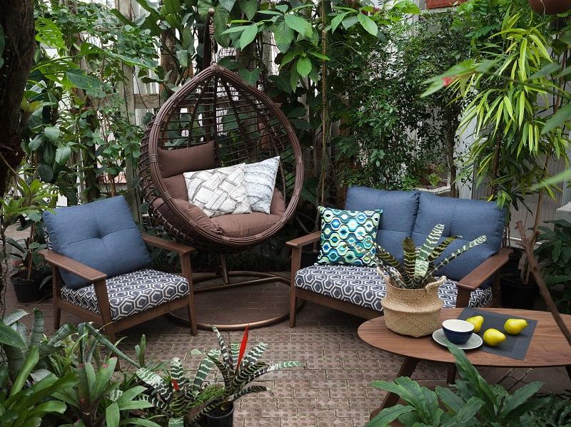 Norint terasą padaryti jaukesne, tereiks iš namų atsinešti įvairių smulkmenų, pvz., pagalvėliu. Šaltinis: www.berry.lt