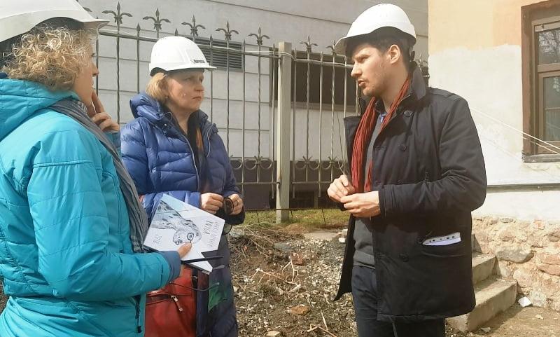 Diskusija prieš pradedant. Iš kairės Vaiva Marozienė, Rasa Laurinavičienė ir architektas Domantas Lukšėnas (2018 m. balandis). Nuotr. aut. L.Liubertaitė