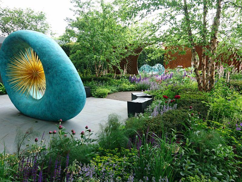 Nic Howard sodas ir išskirtinė David Harber skulptūra. Nuotr. aut. J. Bakūnė (Čelsio gėlių paroda 2018, Londonas)