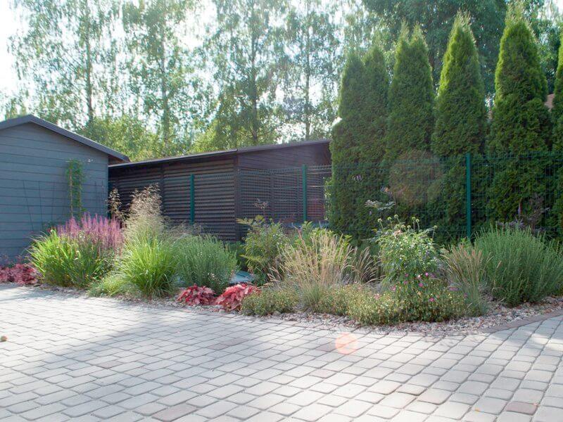 L. Puodžiūtė rekomenduoja šulinių dangčius paslėpti tarp augalų. Nuotr. aut. L. Liubertaitė.