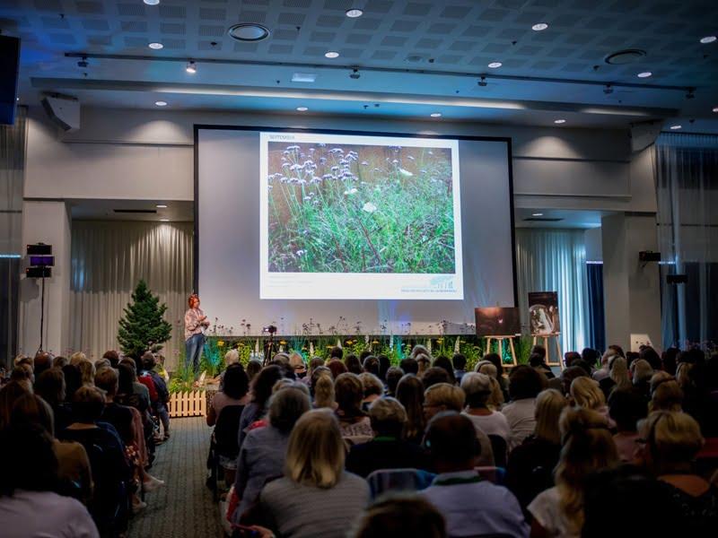 """Agnieszka Hubeny - Zukowska konferencijoje """"Garden style"""" pasakoja, kokie augalų deriniai kiekvieną mėnesį žydi jos sode. Nuotr. aut. L. Liubertaitė."""