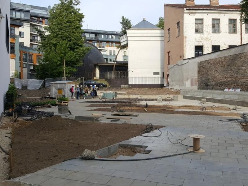 VAIZDAS PRIEŠ. MO muziejaus sodas, jau įgijęs savo formas, tačiau dar be augalų - renkasi pirmieji savanoriai. Nuotr. aut. L. Liubertaitė.