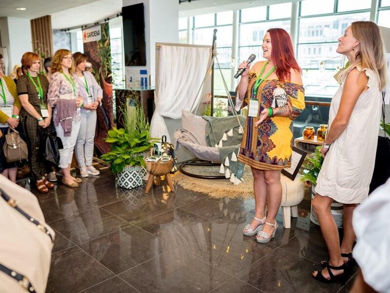 """M. Sliesoraitytė ir J. Bakūnė pristato savo balkono idėją konferencijos """"Garden Style"""" lankytojams. Nuotr. aut. J. Andužis."""