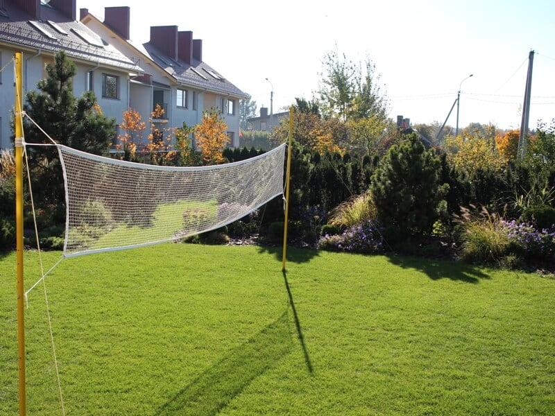 Šiame pavyzdyje veja ne tik aiškiai įrėminta augalais, bet ir atlieka žaidimo aikštelės funkcija. Nuotr. aut. L. Liubertaitė.