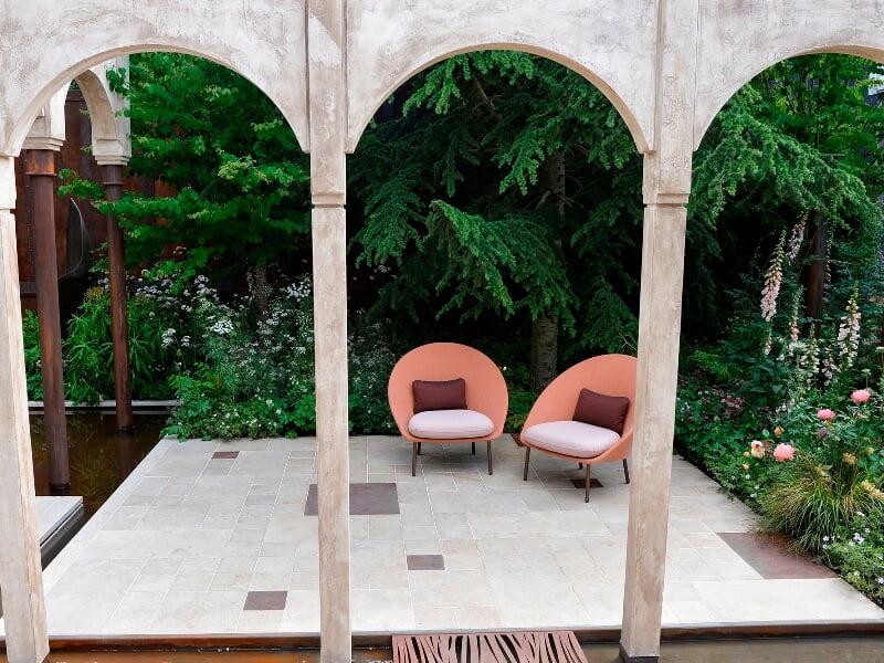 Romantiškasis Jo Thompson sodas, sujungęs klasikinius motyvus ir šiuolaikinio dizaino formas