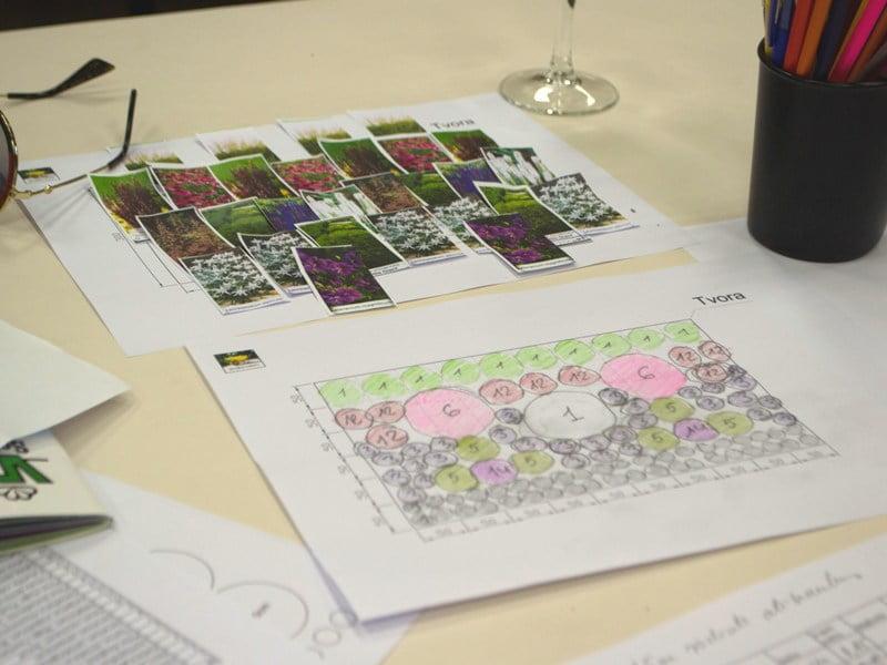 """""""Augalų komponavimo dirbtuvių metu"""" dalyviai kuria koliažą, pritaiko dizaino dėsnius ir išmoksta susidaryti sodinimo planą."""