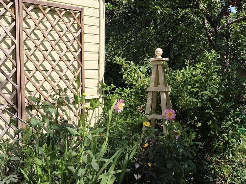 Obeliskas - šiuolaikinis kiemo dekoravimo būdas. Nuotr. L.Liubertaitė