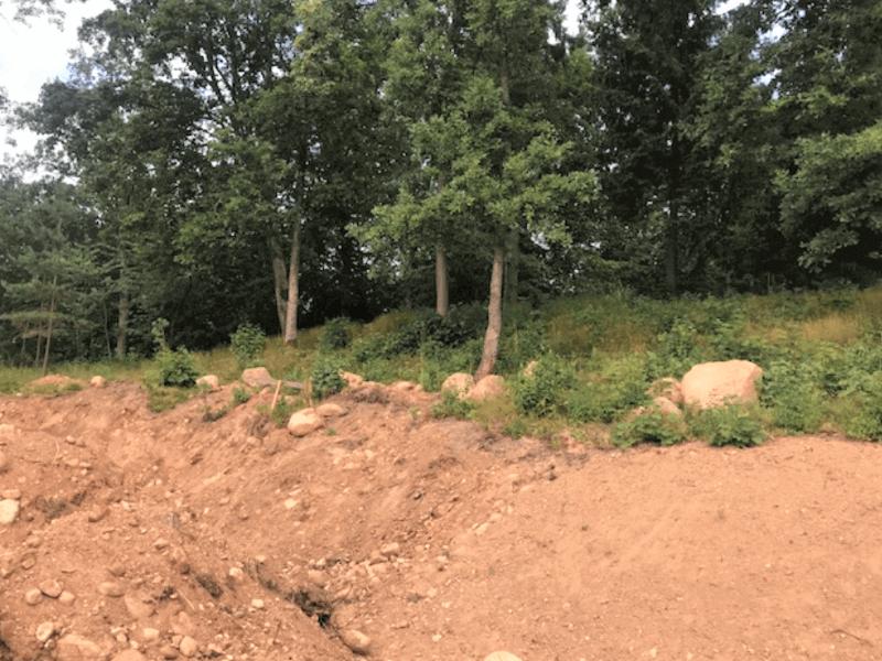 Iki reljefo keitimo įlipti į statų šlaitą ir pasiekti mišką buvo itin sudėtinga. Kita vertus, čia buvo daug didelių akmenų, kurie buvo protingai panaudoti. Nuotr. R. Šimaitė