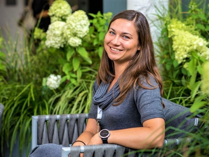 """Kaip atnaujinti veją pataria """"Geltono karučio"""" kursų """"Mano sodo dizainas"""" lektorė Lina Puodžiūtė-Ragauskienė. Nuotr. J. Andužis"""