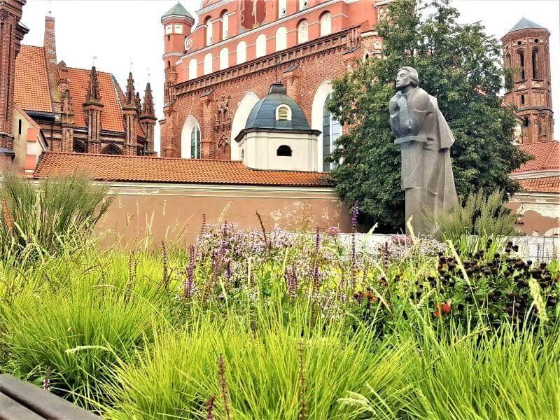 Varpiniai augalai: kompozicija Vilniuje, prie A. Mickevičiaus paminklo. Nuotr. L. Liubertaitė