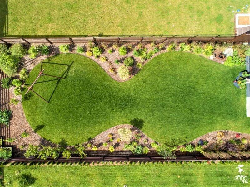Tinkamai parinkta vejos forma suteikia kiemui stilingą ir šiuolaikišką išvaizdą. Nuotr. L. Puodžiūtė-Ragauskienė