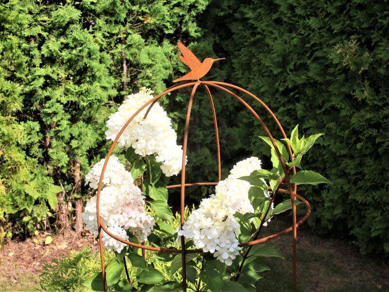 Stilizuotas metalinis narvelis prilaiko hortenzijų žiedus.Nuotr. L. Liubertaitė