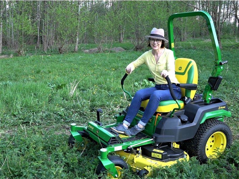 Dažnam pjovimui verta įsigyti vejos traktoriuką, ypač jeigu sodybos plotai dideli. Nuotr. L.Liubertaitė