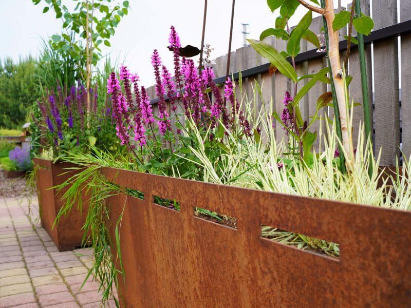 Kaip apželdinti terasą: rinkitės didelius ir netradicinius vazonus, kurie suteiks erdvei charakterio ir stiliaus. Nuotr. L. Liubertaitė