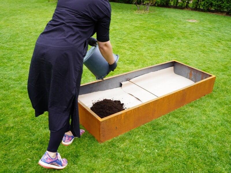 Živilė lysvės dugną pataria padengti kartono sluoksniu, o tūrį užpildyti augaliniu gruntu. Nuotr. L. Liubertaitė