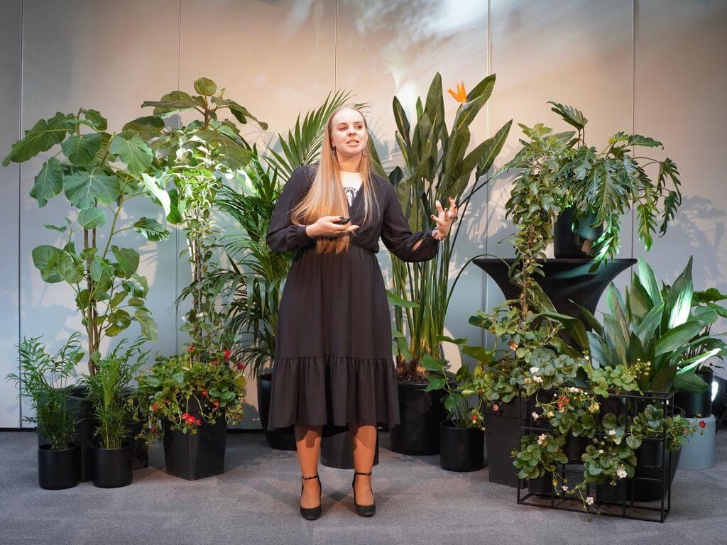 """""""Garden Style"""" konferencijos metu Oresta pristatė pranešimą """"Kambarinių augalų komponavimas"""". Nuotr. Lina Liubertaitė"""