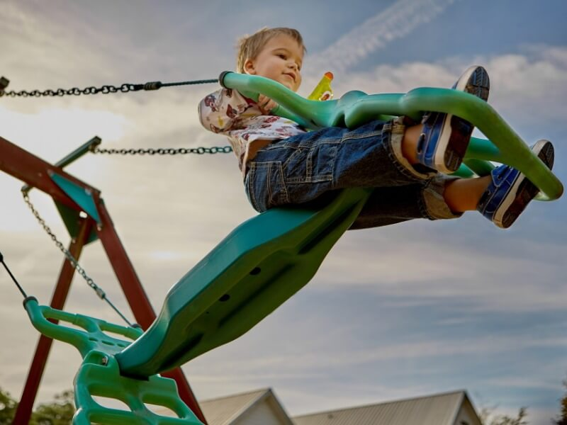 Standartinės vaikų žaidimų aikštelės dažnai būna ryškios ir nelabai derančios prie sklypo dizaino. Nuotr. Pixabay